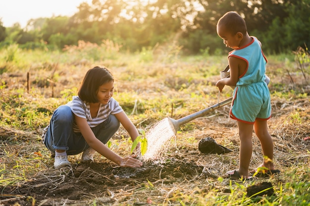 木を植える2人の子供。エコ環境コンセプト