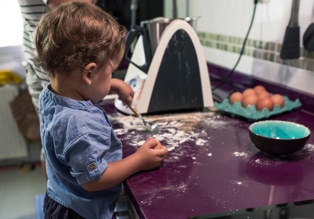 주방 로봇으로 팬케이크를 준비하는 두 아이.