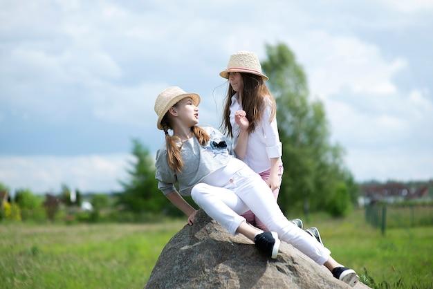 큰 돌에 앉아 두 아이