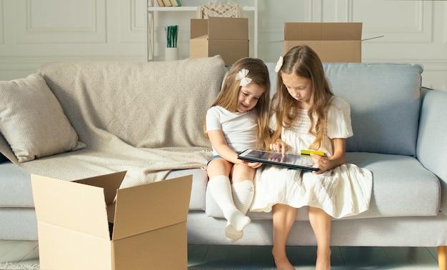 Двое детей работают на планшете дома
