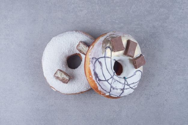 대리석 표면에 초콜릿 장식 도넛 2 개