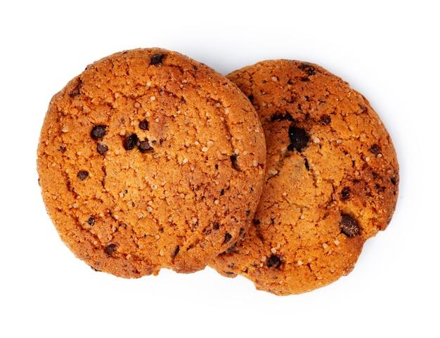 白い表面に分離された2つのチョコレートチップクッキー