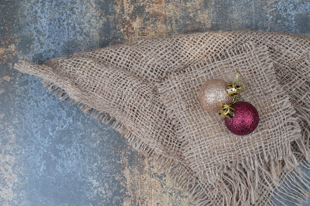 삼 베에 두 개의 크리스마스 윤기 공입니다. 고품질 사진