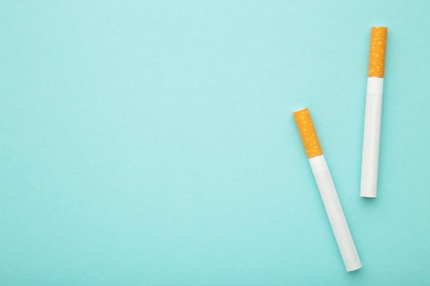 파란색 바탕에 두 개의 담배