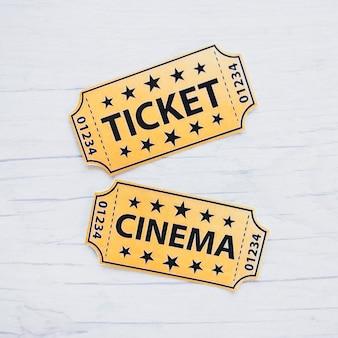 テーブルに2つの映画チケット