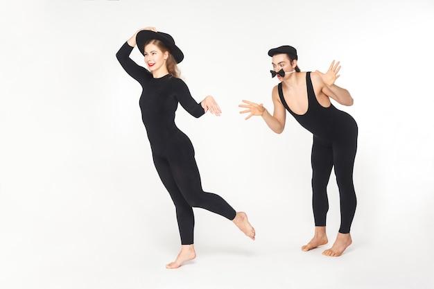 Два цирковых клоуна мима показывают зарисовку о любви. студия выстрел, изолированные на белом фоне