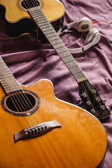ベッドの中で2つのクラシックギター