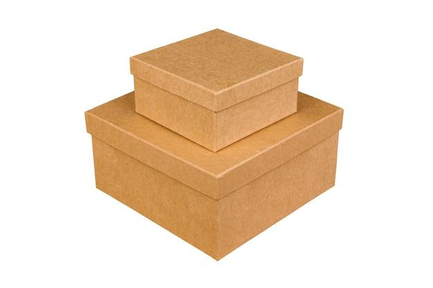 Две закрытые коричневые картонные коробки на изолированном белом фоне. подарочная коробка. вид сбоку