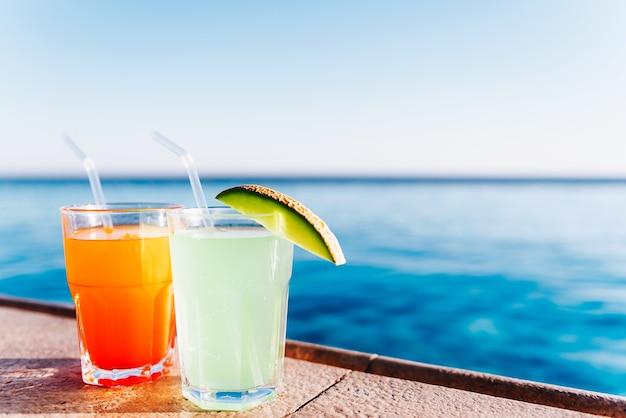 Два коктейля у бассейна