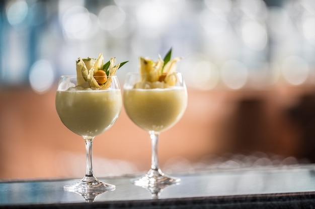 ナイトクラブまたはレストランのバーカウンターでの2つのカクテルピニャコラーダ。