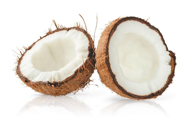 클리핑 패스와 함께 흰색 표면에 고립 된 두 코코넛 반쪽.