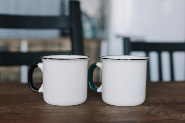 Две кофейные чашки на деревянном столе на кухне