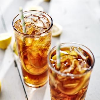 ストローとレモンスライスの冷たいアイスティー2杯