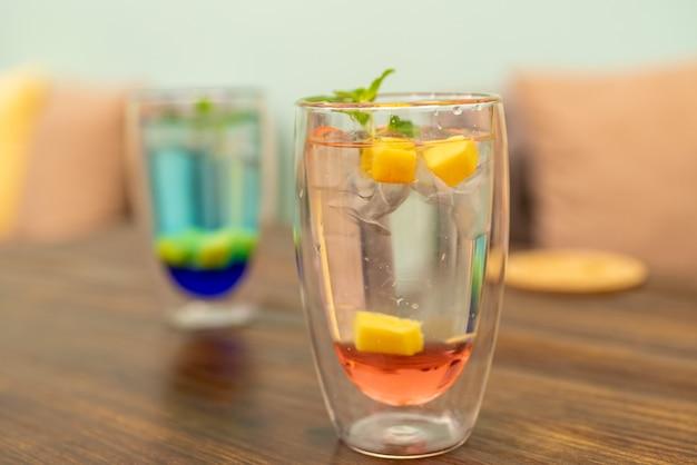 Два холодных летних напитка один красный и один синий