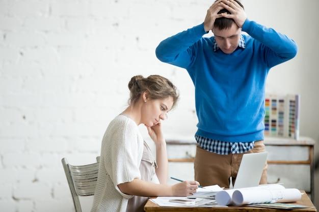 Два коллега чувствуют себя обеспокоенными на работе