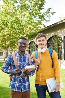 2人の大学生が屋外でポーズ