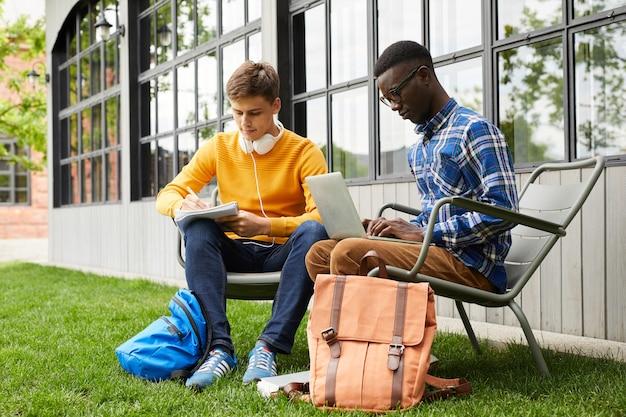 屋外で働く2人の大学生