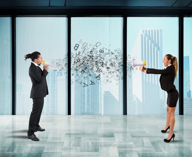 Два коллеги кричат друг другу в мегафон в офисе. понятие стресса и конкуренции