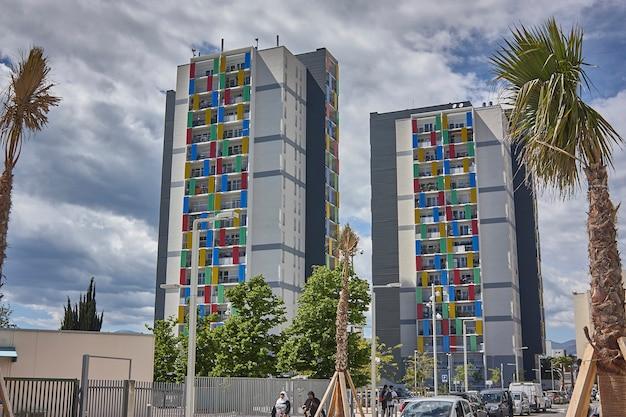 Два цветных и красочных дворца-близнеца в современном архитектурном стиле в ницце