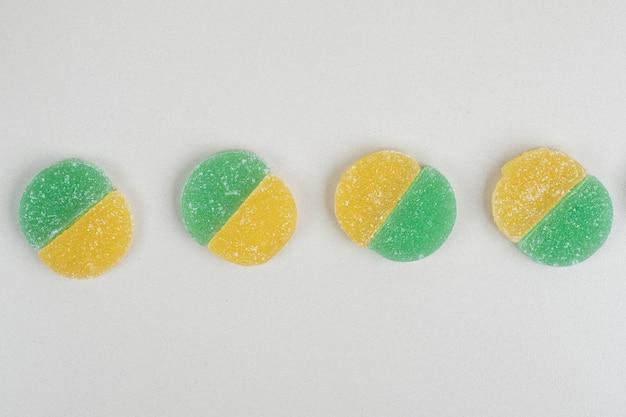 白い表面に2色のゼリーキャンディー