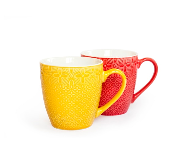 클리핑 패스와 함께 흰색 표면에 고립 된 두 개의 다채로운 머그컵