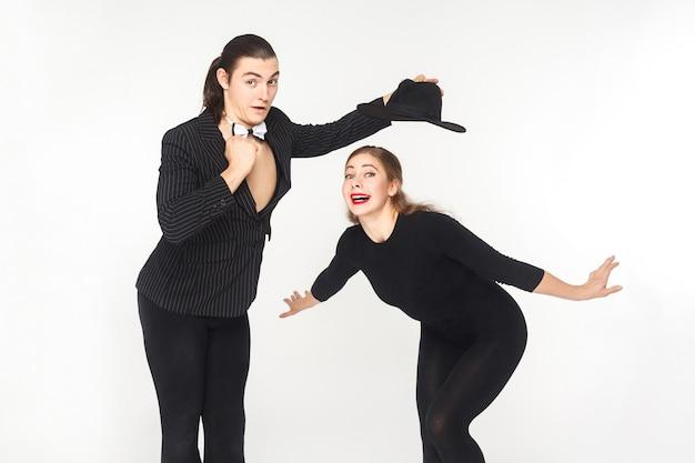 Два комика артиста цирка позирует и глядя на камеру. студия выстрел, изолированные на белом фоне