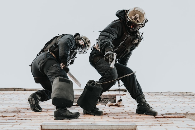 Два спецназовца тренируются на базе