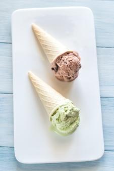 2コーンのナッツ風味のアイスクリーム