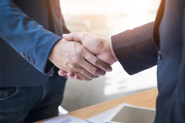 사무실, 성공, 거래, 인사말 및 파트너 개념 회의에서 악수하는 두 자신감 비즈니스 사람