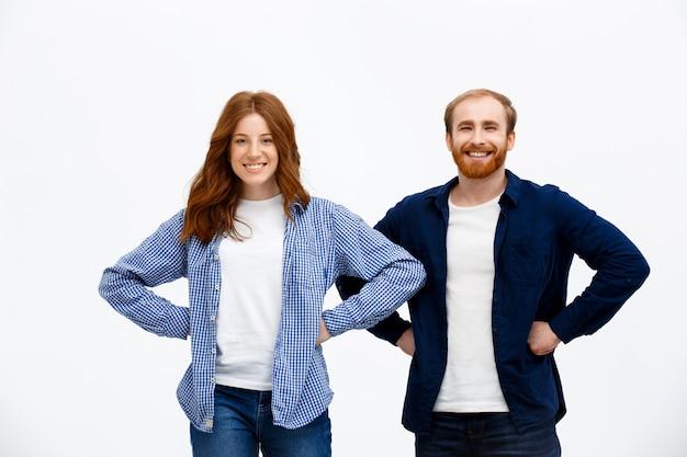 Две уверенные братья и сестры, рыжая пара улыбается