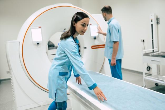 종양학의 자신감있는 젊은 의사 2 명