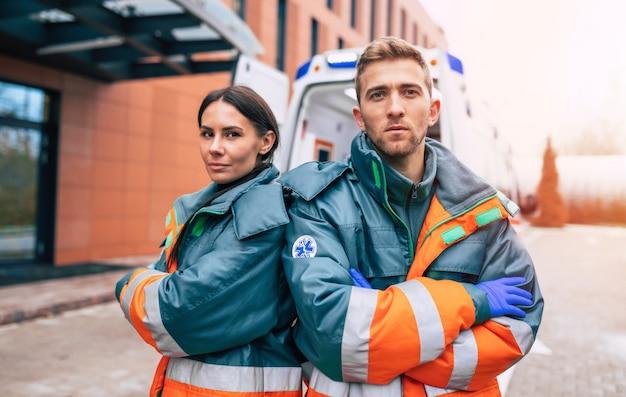 救急車と病院に自信を持っている2人の若い医師