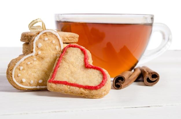 ハートの形をした2つのクッキーとお茶