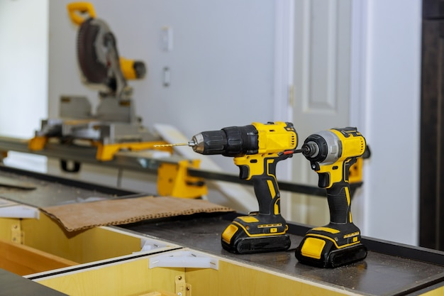木工職人としてドリル器具のプロのツールでドライバーガンとしても機能するドリルビットを備えた2つのコードレスドリル