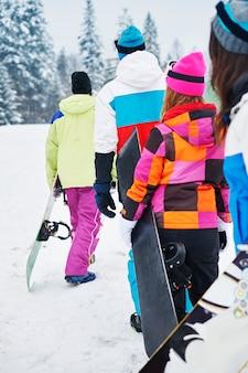 楽しんでスノーボードをしている2組のカップル