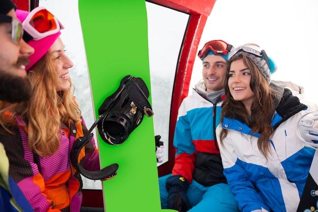 Две пары веселятся и катаются на сноуборде