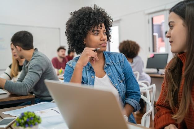직장에서 아이디어를 논의하는 두 명의 창의적인 여성 파트너. 비즈니스 및 팀워크 개념.