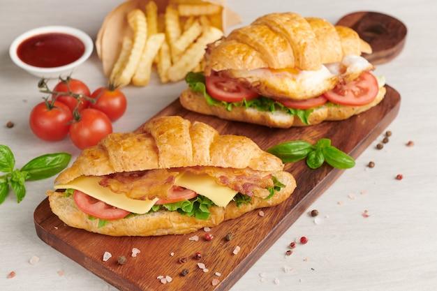 Due panini croissant sulla tavola di legno