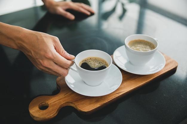朝はバリスタの手で木製トレイにブラックコーヒーを2杯。