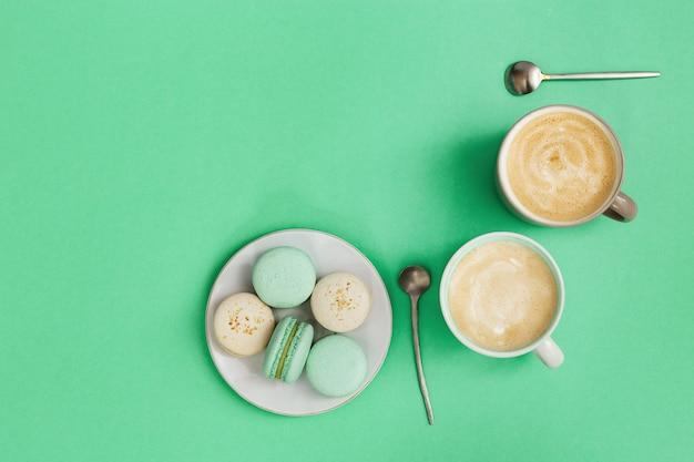 두 잔의 커피와 맛있는 마카롱 과자와 함께 아늑한 아침 뜨거운 음료