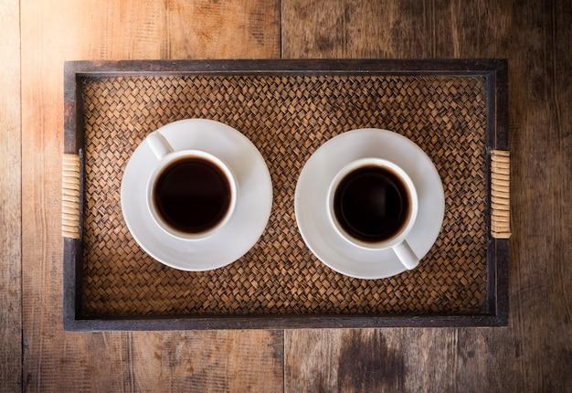 나무 테이블에 커피 두 잔