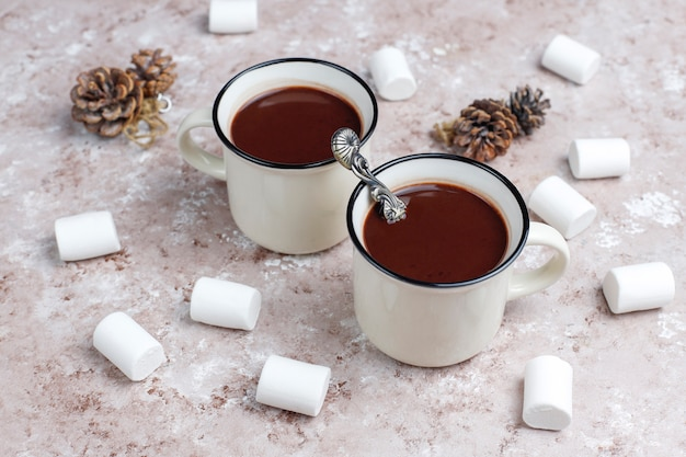 テーブルの上のマシュマロとホットチョコレートの2つのカップ