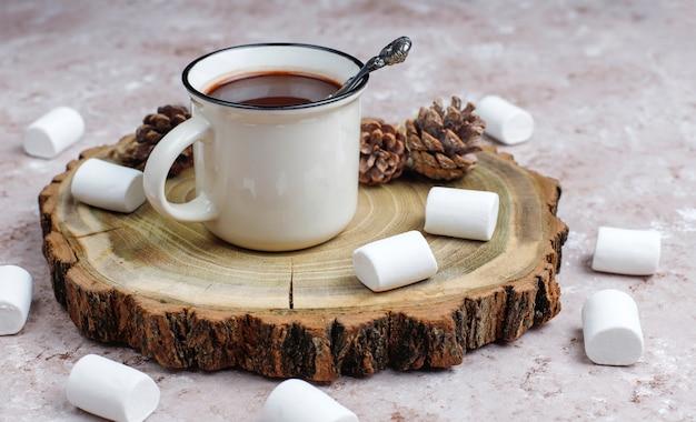 Две чашки горячего шоколада с зефиром на столе