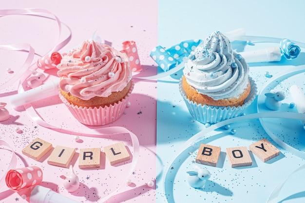 Два кекса с голубым и розовым кремом, концепция празднования, когда становится известен пол ребенка