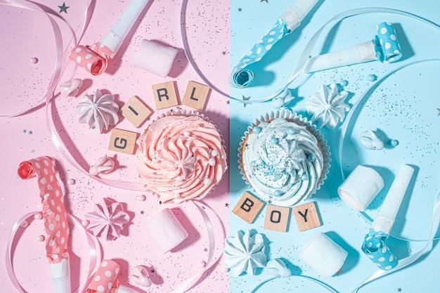 青とピンクのクリームと2つのカップケーキ、子供の性別が知られるようになったときのお祝いのコンセプト