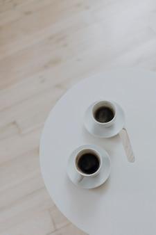 Due tazze di caffè su un tavolo bianco