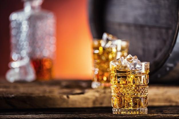 복고 스타일의 아이스 큐브와 음료 위스키 브랜디 또는 코냑으로 가득 찬 두 컵