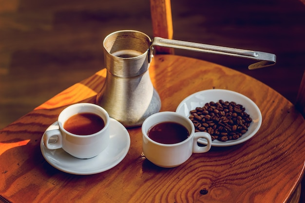テーブルの上にブラックコーヒーとジェズヴェを2杯。
