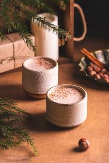 Две чашки какао для зимних вечеров Premium Фотографии