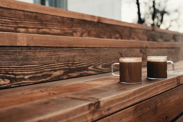 나무 갈색 테라스 배경에서 커피 두 잔. 고품질 사진